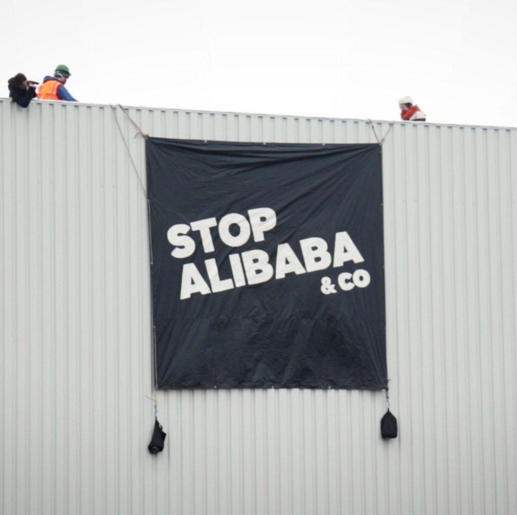 Une bannière Stop Alibaba sur un mur